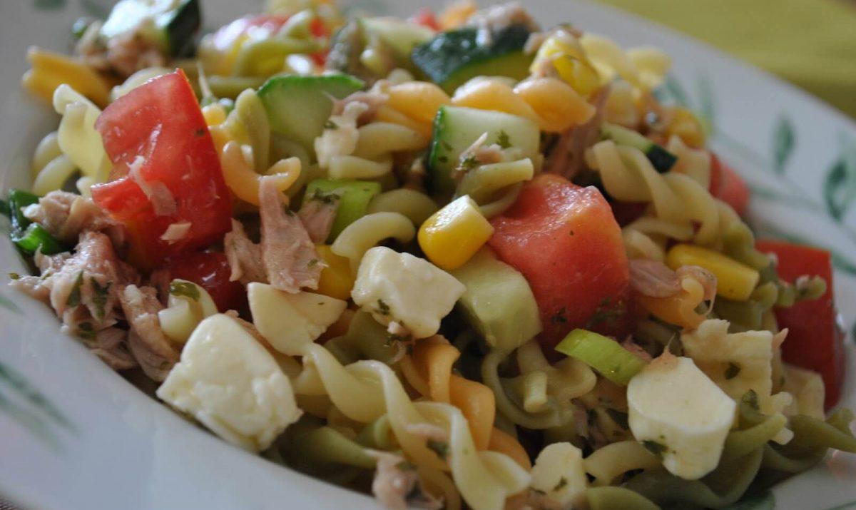 Salade de pâtes aux tomates cerises, basilic et parmesan