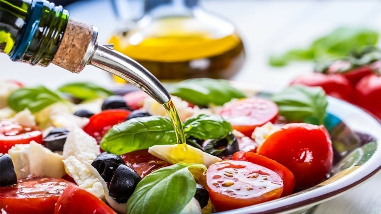 régime méditerranéen salade-grecque-huile-olive-abondance