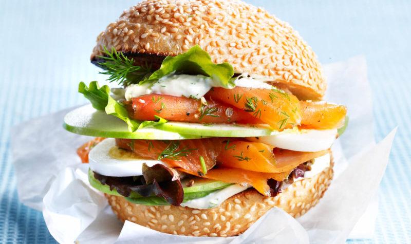 Hamburger de truite avec mayonnaise aux tomates séchées