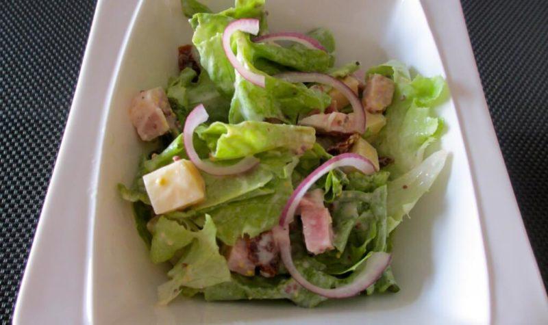Salade au jambon et au gruyère