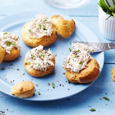 Choux farcis à la crème de fromage frais et aux olives