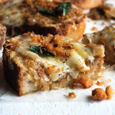 Toast au fromage et aux oignons