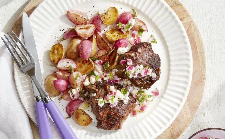 Côtelettes d'agneau avec pommes de terre rôties et radis