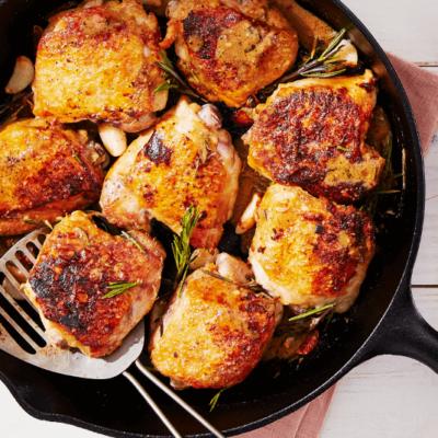 Cuisses de poulet croustillantes à l'ail et au romarin