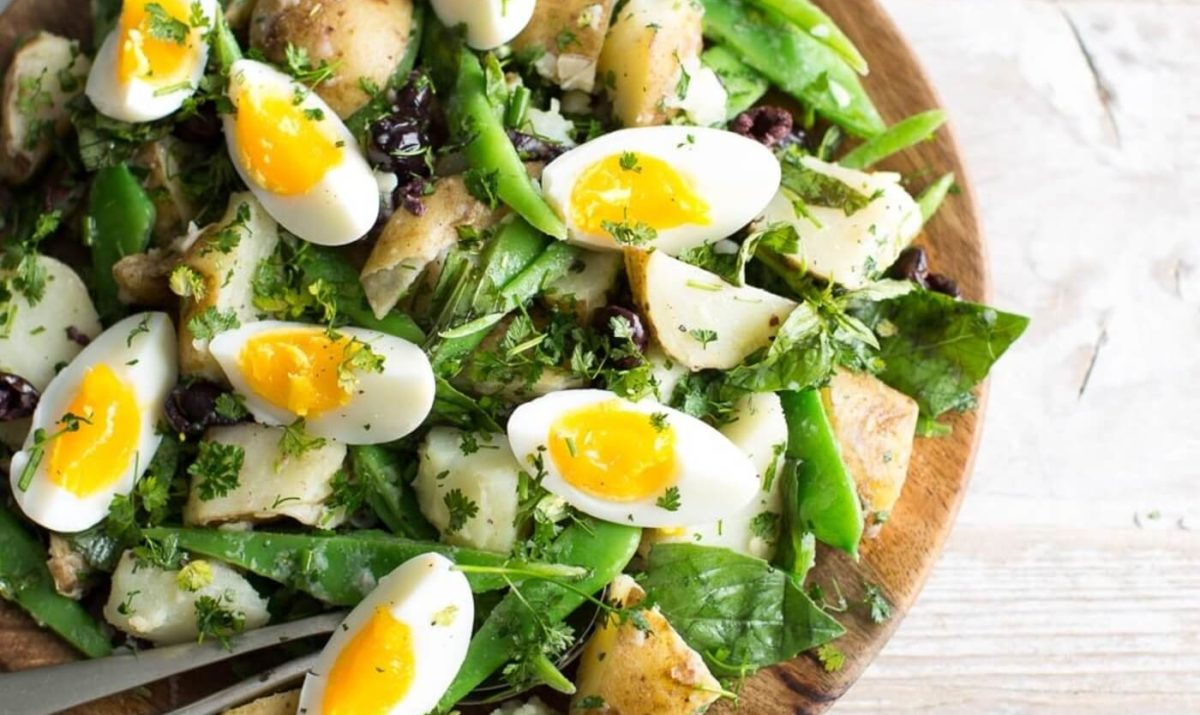 Salade d'œufs d'été au basilic et aux petits pois