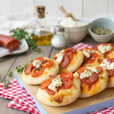 Pizzette avec Fontina, tomate, basilic et prosciutto